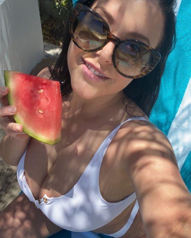 Порноактриса Анджела Уайт (Angela White) в белом купальнике с арбузом