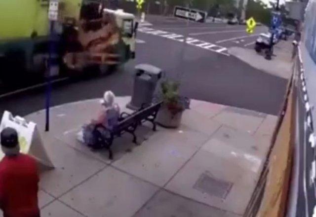 Девушка спокойно пила кофе на скамейке, когда её снесло мусорным контейнером