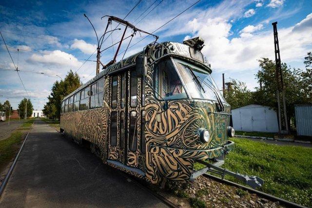 Трамвай на фестивале STENOGRAFFIA вид сбоку
