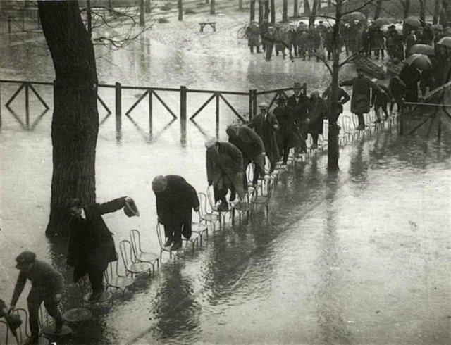 Парижане спасаются от разлива Сены. Ипподром Мезон–Лаффит, Париж, 1924 год.