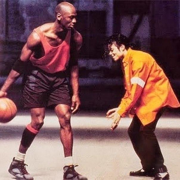 Майкл Джордан играет в баскетбол против Майкла Джексона, США, 1992 год