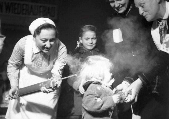 Обработка ребенка порошком ДДТ, 1945 год, США