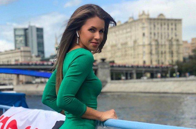 """Кристина Юдичева - звезда сериала """"Фитнес"""" в зеленом платье"""