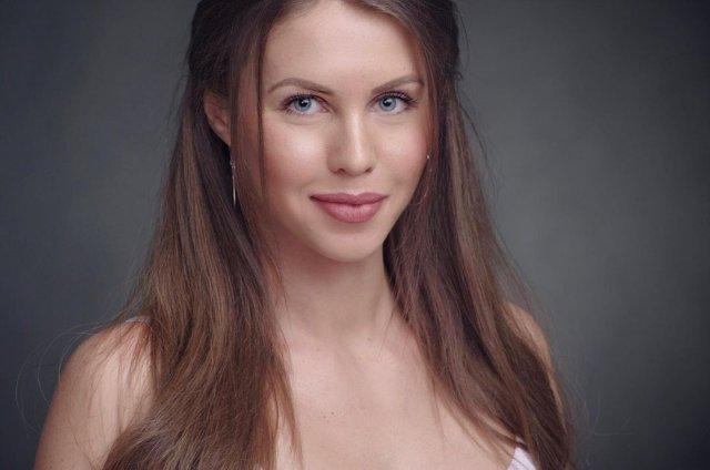 """Кристина Юдичева - звезда сериала """"Фитнес"""" в белом платье"""