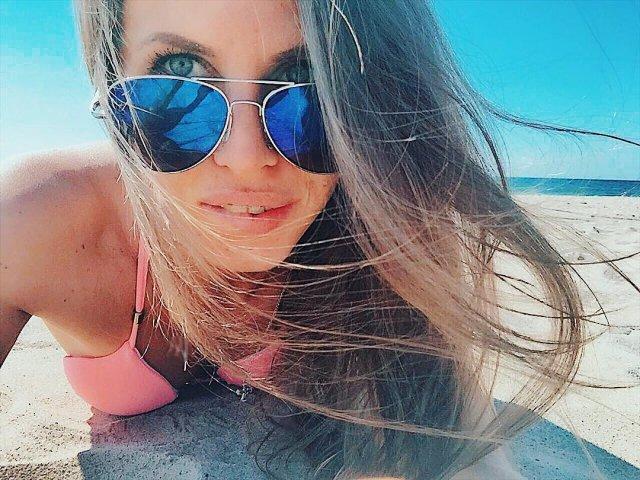 "Кристина Юдичева - звезда сериала ""Фитнес"" в розовом купальнике и очках"