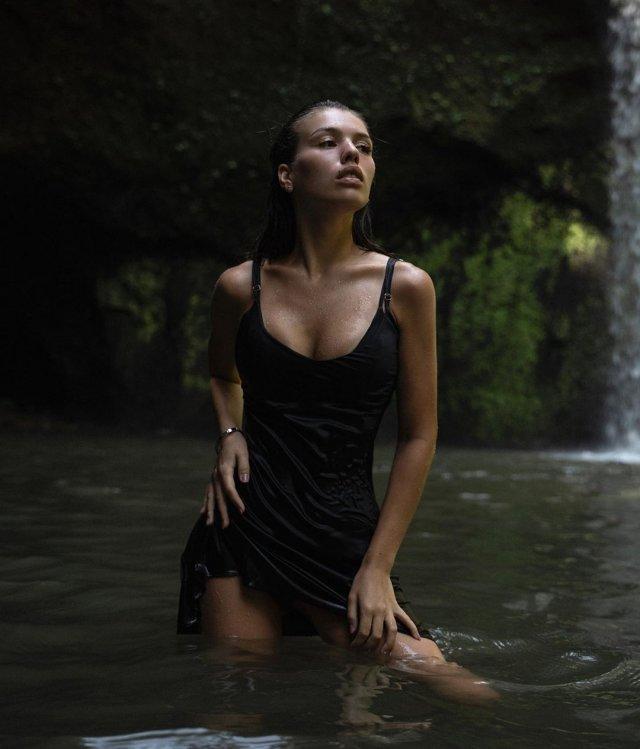 Люся Чеботина в черном платье