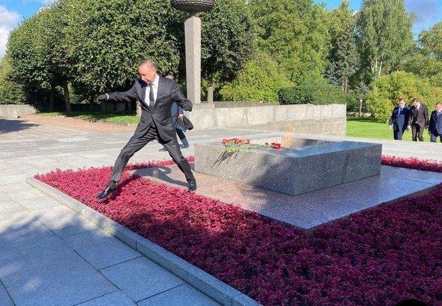 Губернатор Петербурга Александр Беглов перепрыгивает клумбу