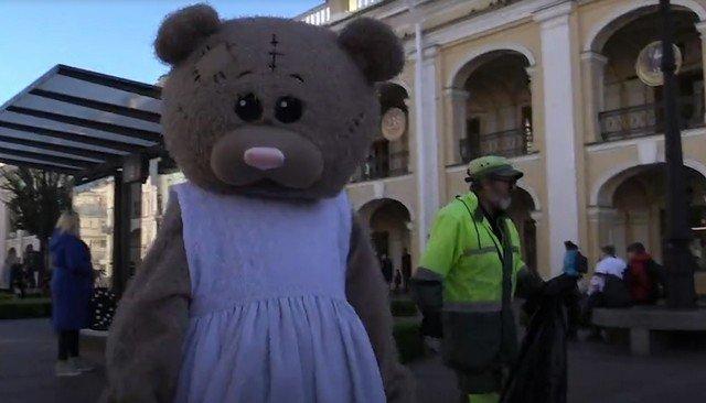Артем Куликовский в костюме медведя в центре Петербурга