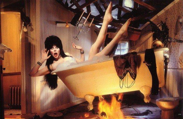 Кассандра Петерсон (Эльвира - повелительница тьмы) в ванной