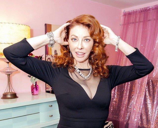 Кассандра Петерсон (Эльвира - повелительница тьмы) вне образа в черном платье