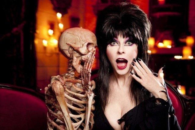 Кассандра Петерсон (Эльвира - повелительница тьмы) вместе со скелетом