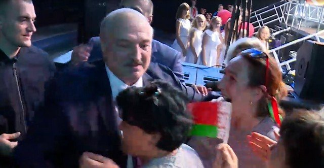 Александр Лукашенко в толпе женщин