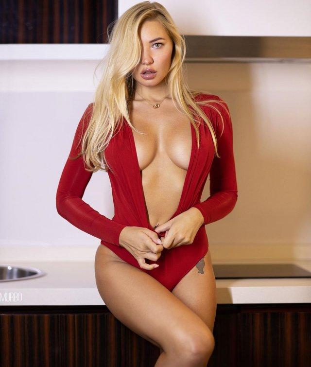 Юлия Диметра в красном боди