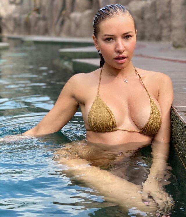 Юлия Диметра в золотом купальнике