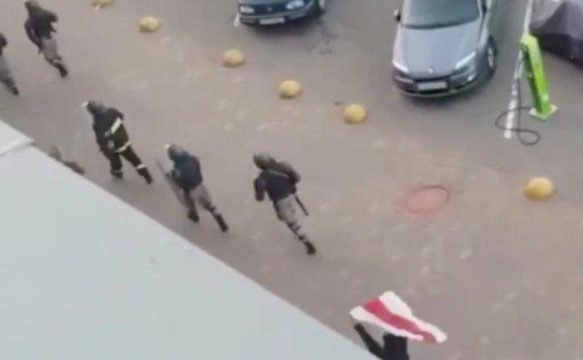В Белоруссии силовики не заметили протестующего с флагом, бегущего за ними