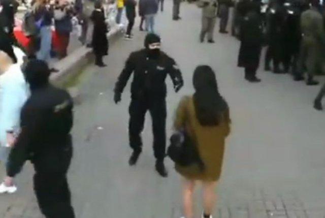 В Белоруссии силовик встретил знакомую на митингах