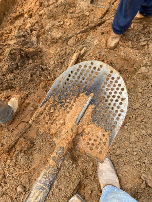 Лопата с отверстиями