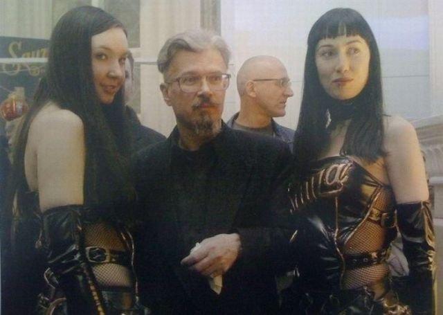 Эдуард Лимонов и девушки в коже
