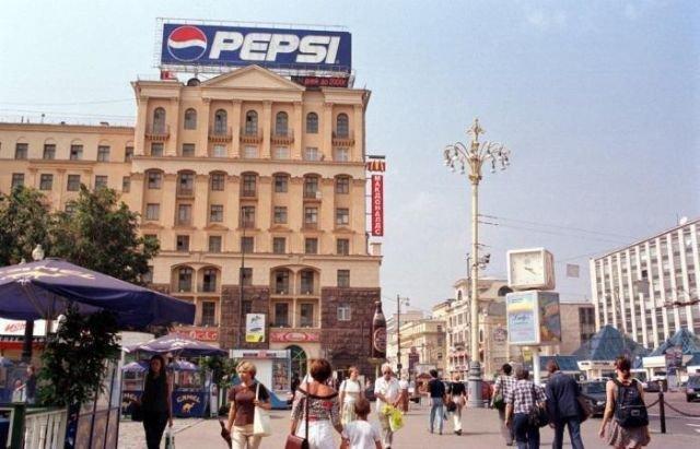 Счетчик на Пушкинской площади, отсчитывающий дни до 2000