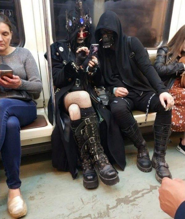люди в черной одежде