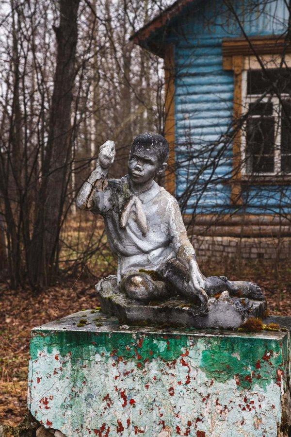 """Статуя пионера в лагере """"Кудрявцево"""""""
