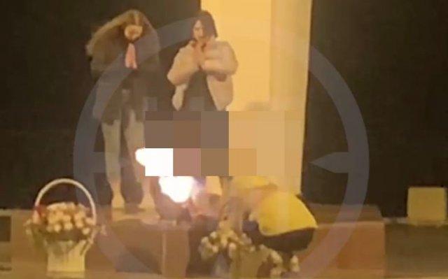 В Кирове молодые девушки снимали видео для социальных сетей на Вечном огне