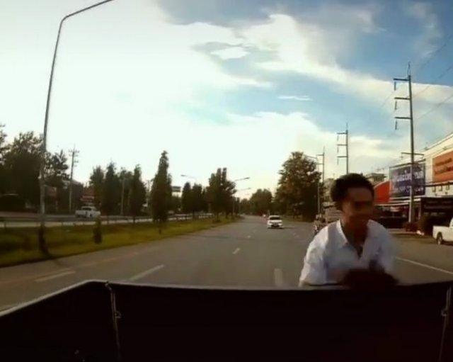 Быстрая пересадка со скутера в машину