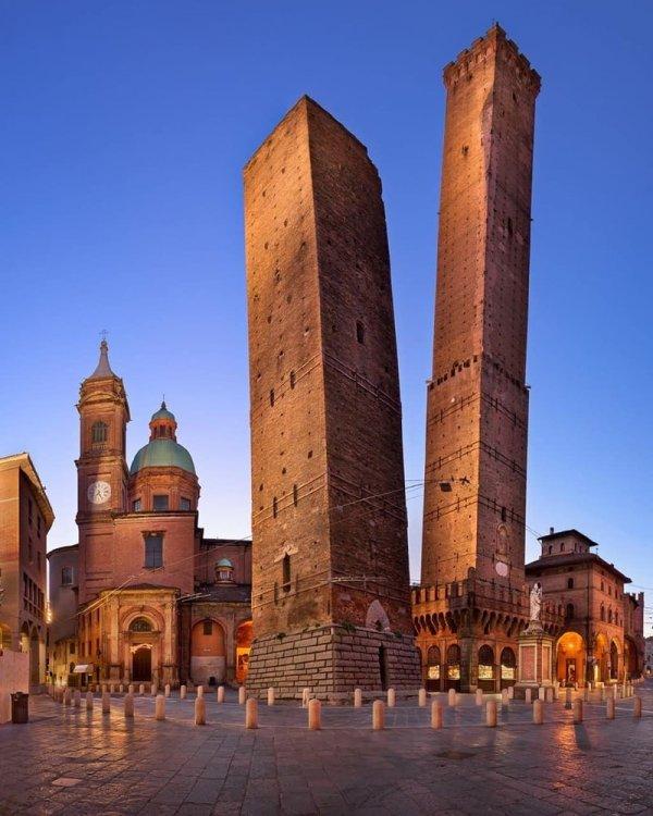 Башни Гаризенда и Азинелли, Болонья, Италия