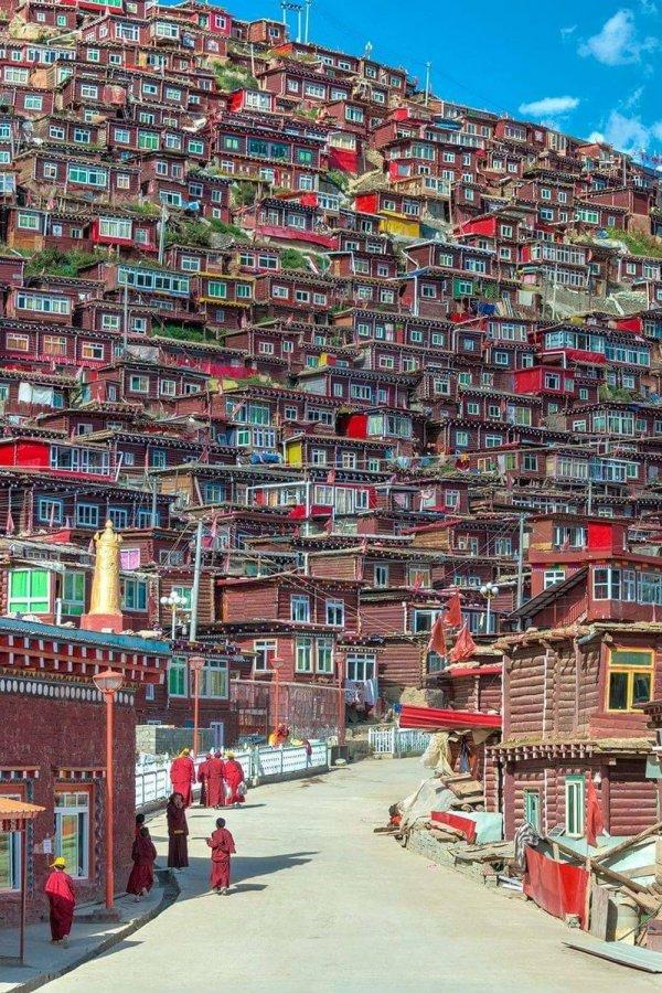 Красочный жилой район в Тибете