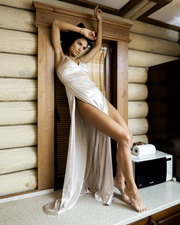 Виктория Айдамирова в платье с высоким разрезом
