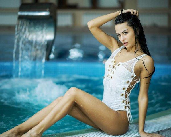 Виктория Айдамирова в белом купальнике