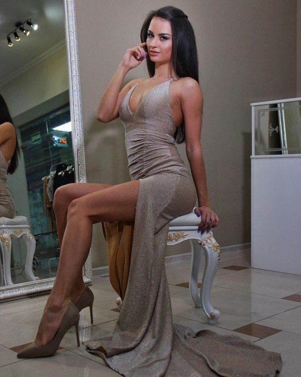 Виктория Айдамирова позирует в платье