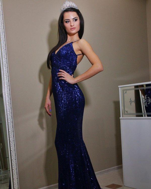 Виктория Айдамирова в синем платье