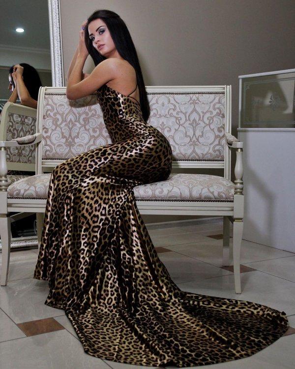 Виктория Айдамирова в леопардовом платье