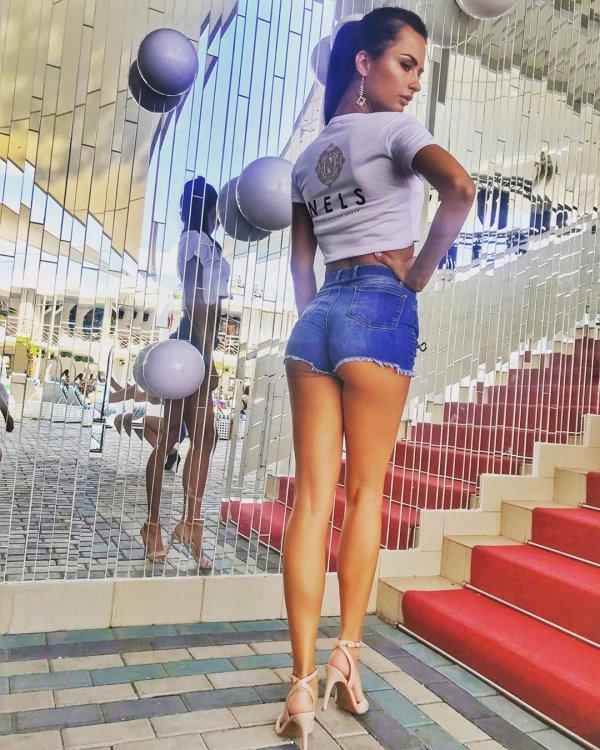 Виктория Айдамирова в джинсовых шортах