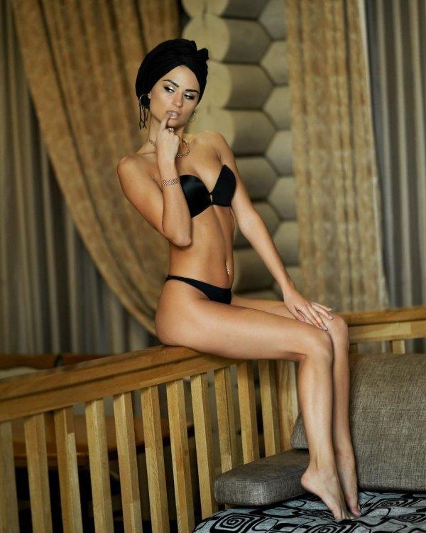 Виктория Айдамирова в черном купальнике