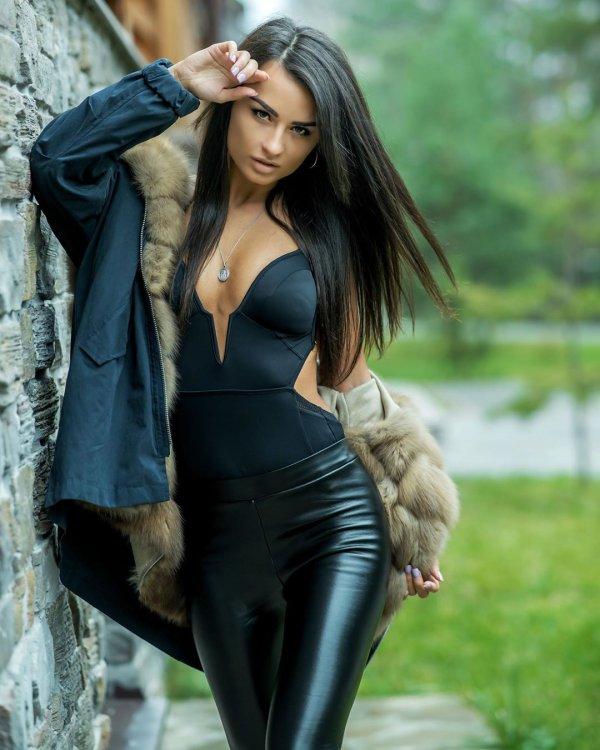 Виктория Айдамирова в кожаных штанах