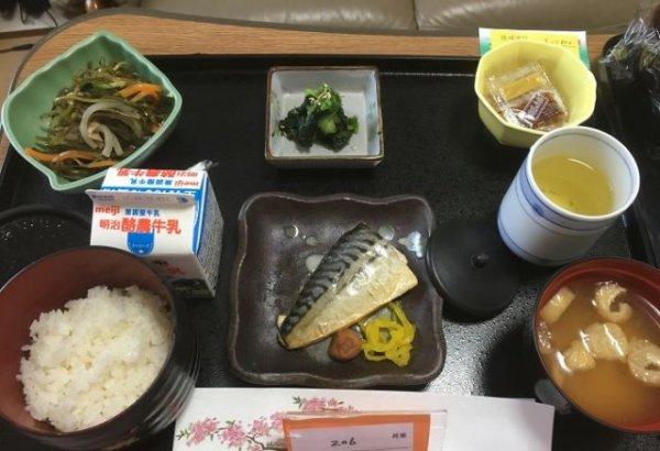 Скумбрия, салат из японских водорослей конбу, натто, салат со шпинатом, суп мисо, рис, молоко, зеленый чай.