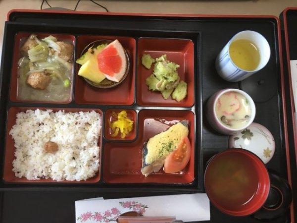 Морской лещ, салат из пасты, куриные фрикадельки, маринованный дайкон, суп мисо, тяван-муси, зеленый чай.