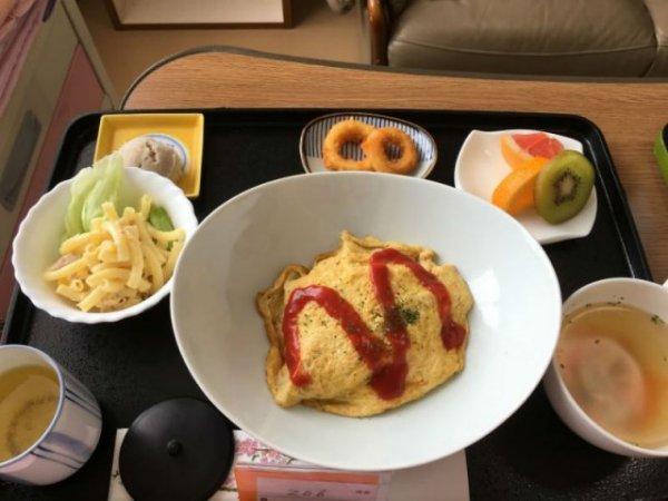 Омурайсу, макаронный салат, куриный бульон, кольца из кальмаров, фрукты, зеленый чай.