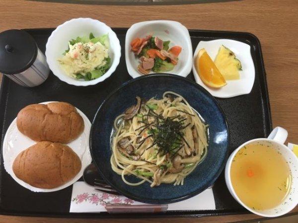 Паста с грибами, картофельный салат, салат с брокколи и беконом, фрукты, хлеб, зеленый чай.