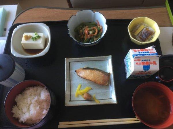 Лосось, тофу, салат из шпината, натто, суп мисо, рис, молоко.