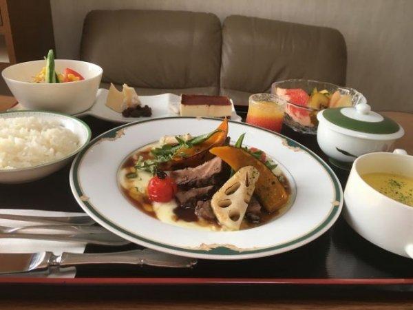 Камамбер с изюмом, ростбиф, картофельное пюре, кабоча, корень лотоса с соусом, рис, салат, тирамису, фрукты, апельсиновый сок, зеленый чай.