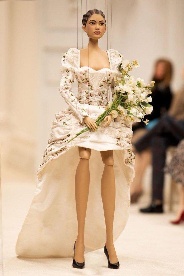 Показ модного дома Moschino в формате кукольного показа