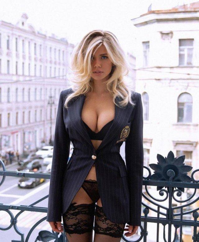 Девушка в пиджаке и нижнем белье на балконе