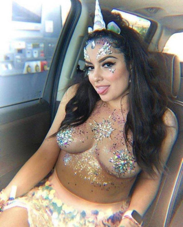 Девушка в блестках в машине