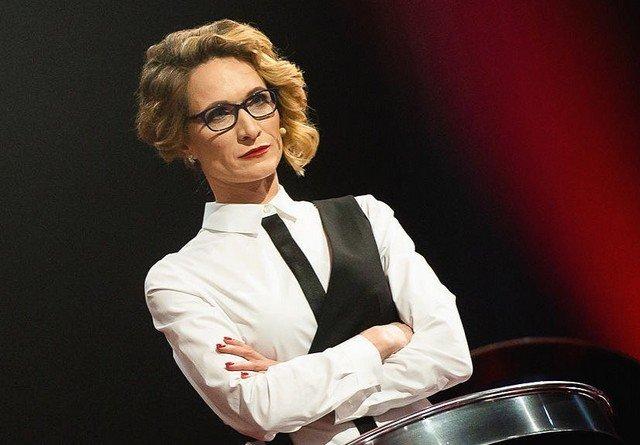 Мария Киселева в белой рубашке с черными полосками