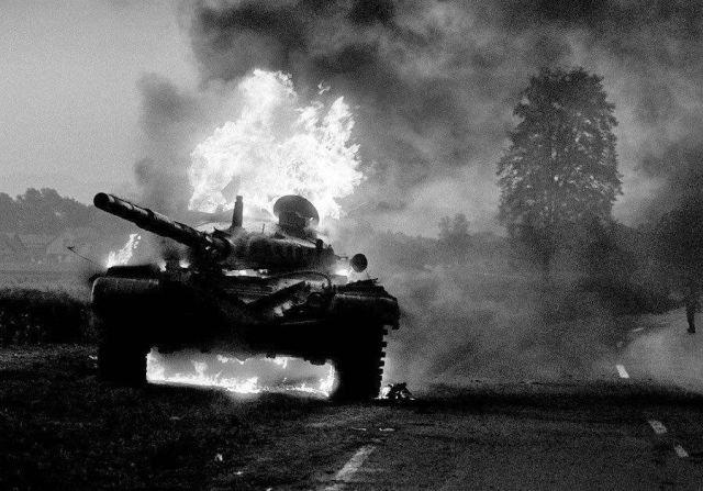 Подбитый словенцами югославский танк М-84 недалеко от города Моста, Словения, 1991 год.