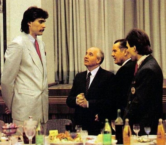 Баскетболист сборной СССР Арвидас Сабонис во время торжественного приема просит Горбачева разрешения играть за границей.