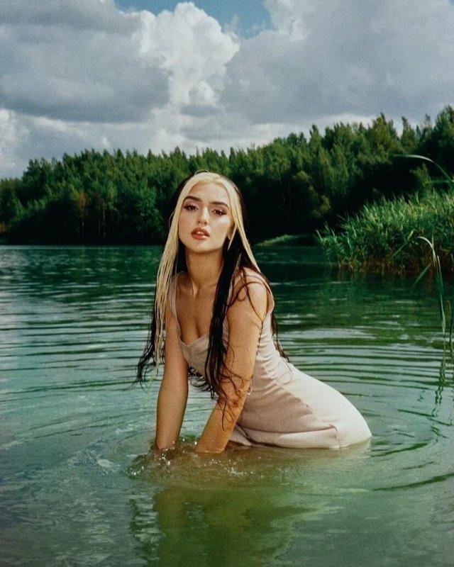 Дина Саева в белом платье на озере